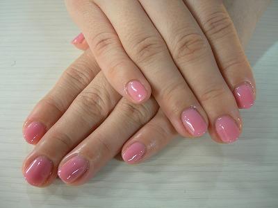 シンプルなサーモンピンクのジェルネイルです。 半透明の薄いピンクを3~4回重ね塗りをしているので 自爪の色に似たベージュにも見えます。